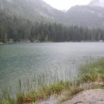 Lago Val d'Agola mit Bäumen und Bergen im Hintergrund